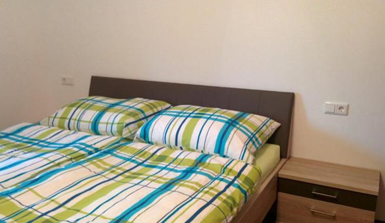Schlafzimmer mit Doppelbett, Nachtkästchen