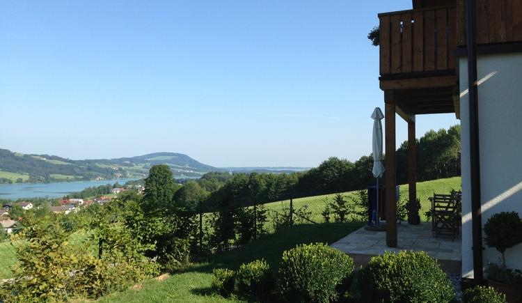 Blick auf die Landschaft, seitlich ein Teil vom Haus