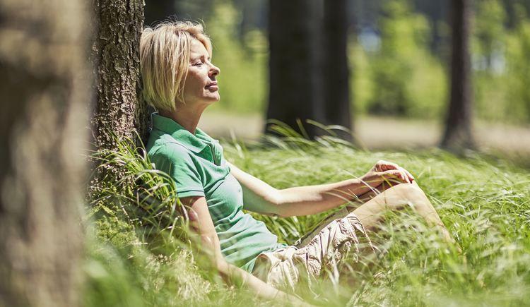 Sonnenbaden auf der Waldlichtung. (© Spa Hotel Bründl, OÖT)