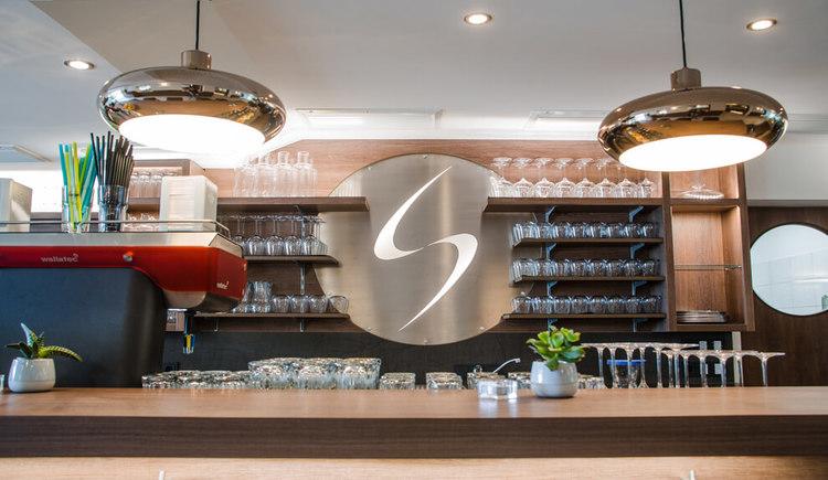 Blick hinter die Bar im Cafe Restaurant Sailer in Seewalchen am Attersee