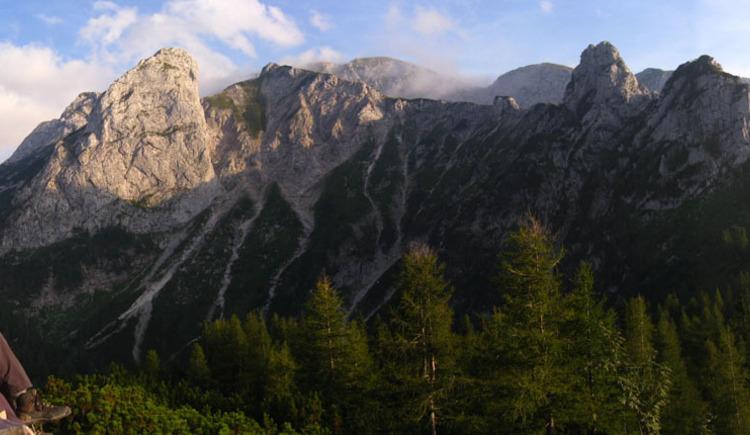 Blick von der Hochkogelhütte, rechts der Vordere und Hintere Rauhenkogel (Klettersteig), bis links zum Grünberg. (© Naturfreunde Ebensee)