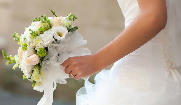 Brautstrauß in der Hand einer Braut