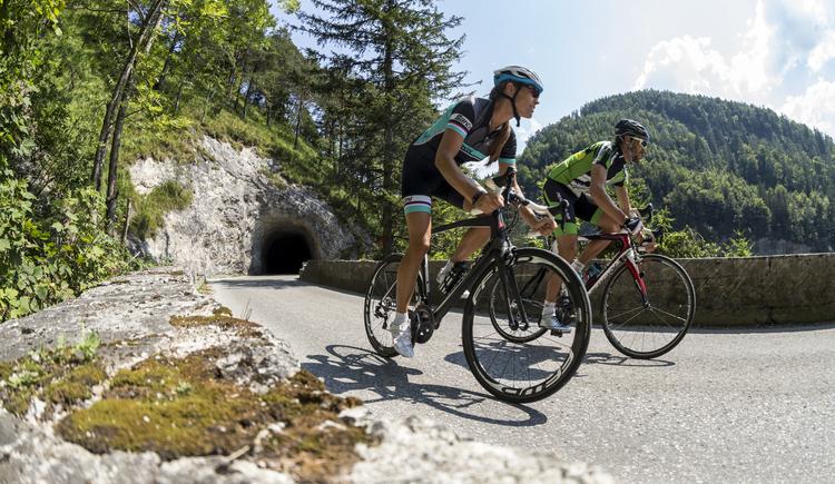 Zwei Rennradfahrer in der Strubklamm