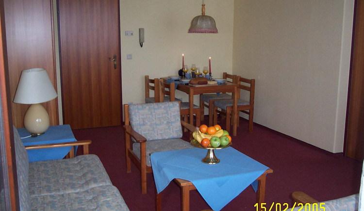 Das Wohnzimmer ist ländlich eingerichtet.