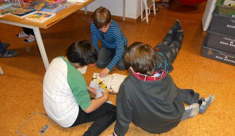 Kinder beim Lesen (© Öffentliche Bücherei Faistenau)