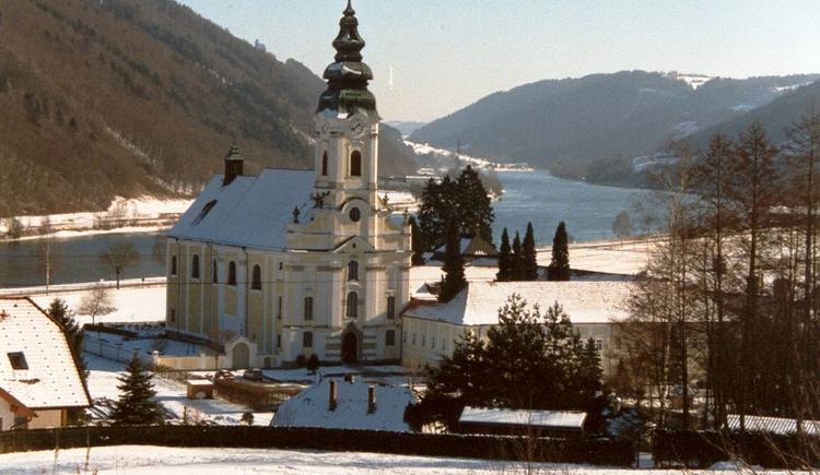 Stiftskirche mit Donau im Winter.