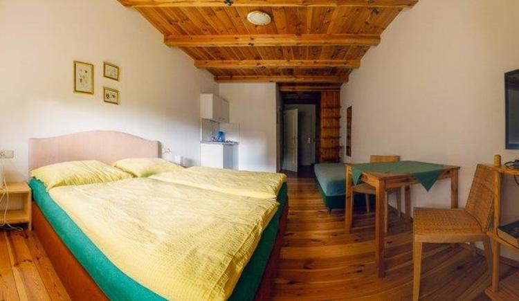 Doppelzimmer mit Küchenzeile (© Waltraud Leitner)