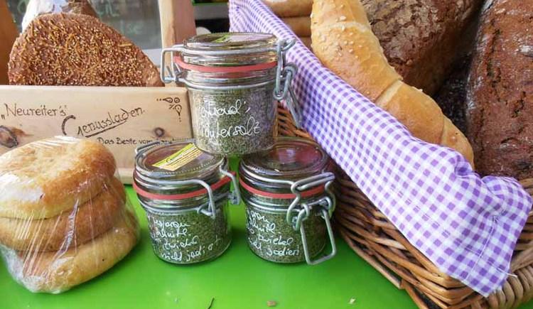 frisches Brot, Kräutersalz und vieles mehr