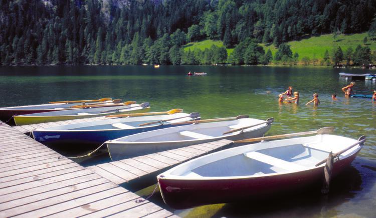 Roßleiten bei Windischgarsten: Gleinkersee mit Ruderbooten und badenden Kindern
