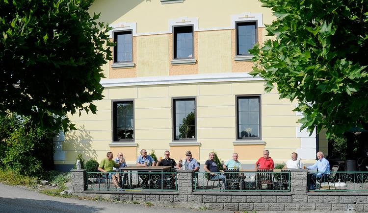 Gasthaus Burgstaller-Wirt z'Grünau, Roßbach, Gastgarten. (© Innviertel-Tourismus)