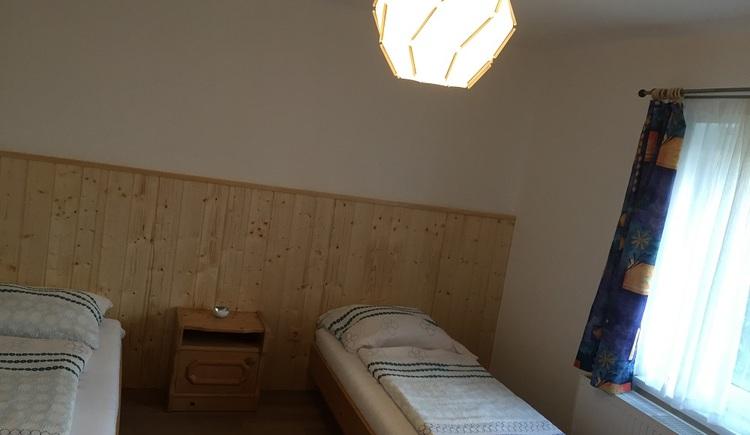 Gemütliches Schlafzimmer mit zwei Einzelbetten.