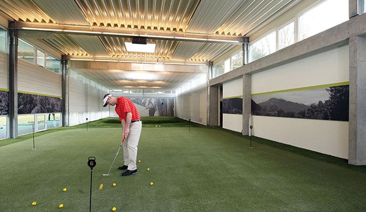 Die Indoor-Golfanlage. Auf einer Fläche von mehr als 450 m2 haben Sie bei uns auch im Winter die Möglichkeit, Ihr Golfspiel zu verbessern. Durch den speziellen Kunstrasen - der von mehr als 30 US-PGA-Tour Pros für Trainingszwecke verwendet wird - finden Sie die selben Bedingungen mit unterschiedlichen Rasenhöhen wie am Platz vor. (© Laimer4Golf GmbH)