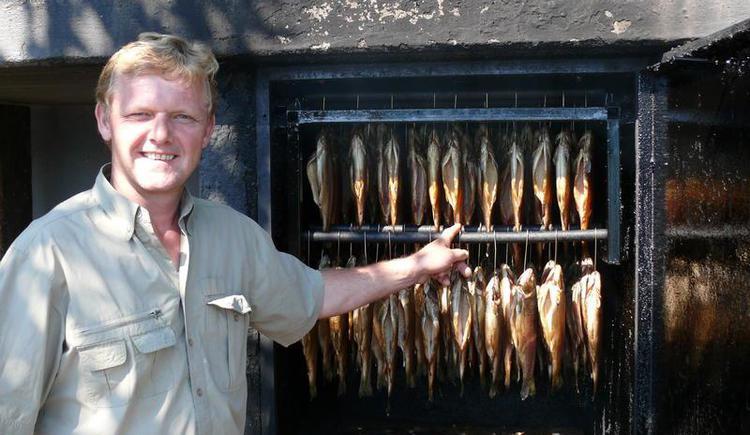 Fischermeister Gerhard mit frischen Räucherfischen