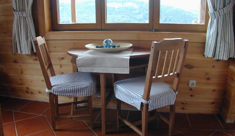 Sitzecke mit Panoramafenster zum Entspannen. (© Rehn)