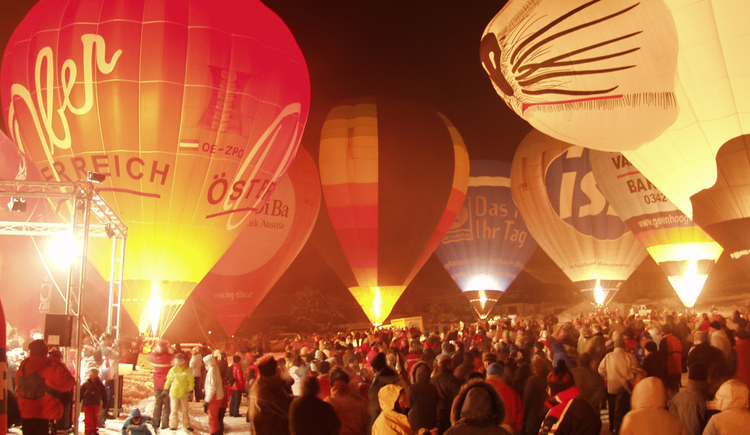 The evening event with the many guests under the floating balloons.