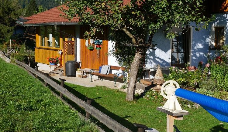 Der private Garten lädt zum Verweilen ein. (© Helga Hummelbrunner)