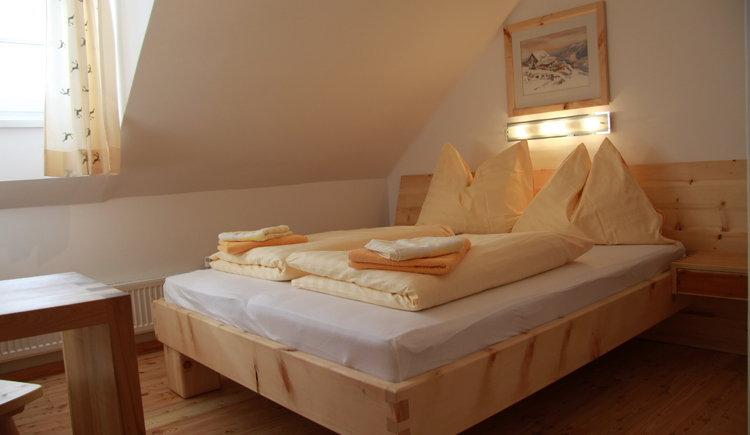 The cosy guest rooms are equipped with stone pine furniture