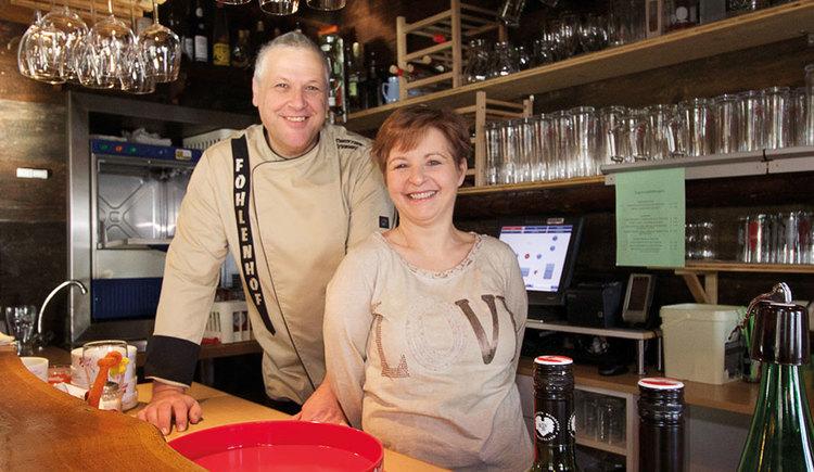 Wirtpaar hinter der Schank/Bar. (© Gasthaus Fohlenhof)