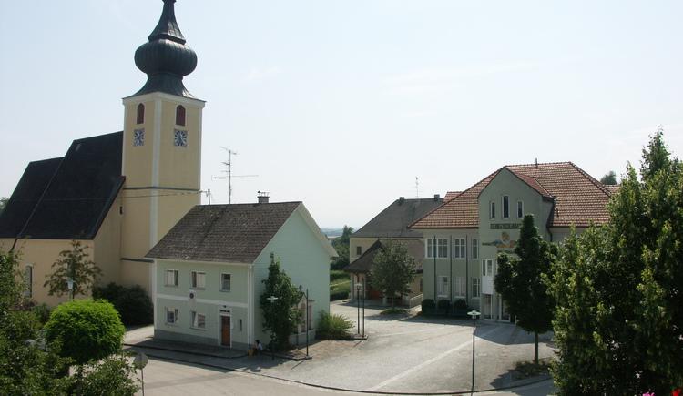 Gemeindeamt mit Kirche und Lindemayrhaus