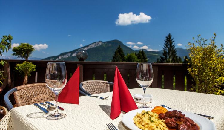 Die Terrasse mit herrlichem Ausblick lädt im Sommer zum Verweilen ein. (© Alpenhotel Dachstein)