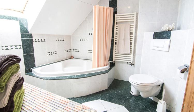 Großes, geräumiges Badezimmer mit Eckbadewanne, Toilette, Waschtisch und Waschmaschine