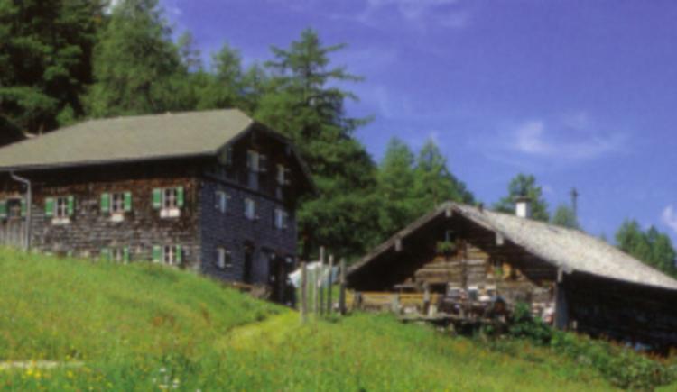 Hier sieht man die Zwieselalmhütte im Zwieselalmgebiet. Eine Schutzhütte welche auch zur Pension Jäger gehört. Die Zwieselalmhütte ist nur im Sommer geöffnet.