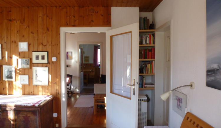 Ferienhaus Rosalinde - Blick durchs Wohnzimmer in die Küche