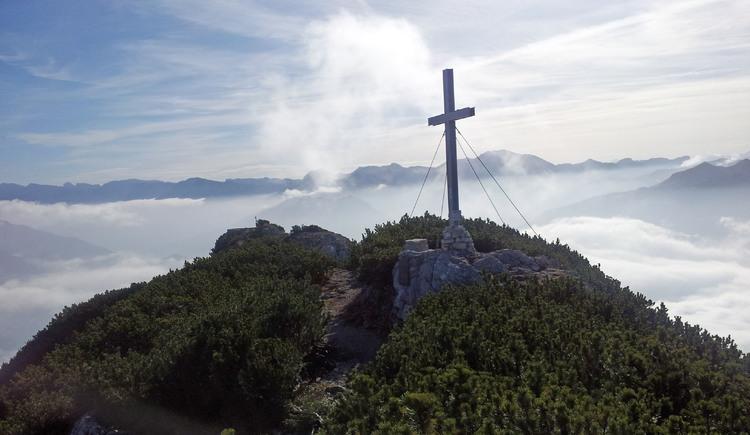Gipfelkreuz des Helmeskogels. Im Hintergrund sieht man die Aussichtskanzel.