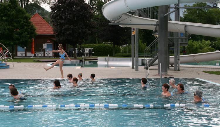 Gruppe von Aquajoggern mit Daniela Kain im Parkbad von Bad Goisern am Hallstättersee