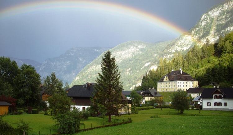 Ausblick mit Regenbogen von der Unterkunft Richtung Kalvarienberg Kirche in Hallstatt. (© Aschauer)