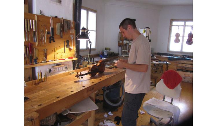 Werkstatt von einem Gegenbauer, Geige, Person