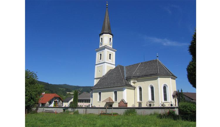 Blick auf die Kirche. (© Tourismusverband MondSeeLand)