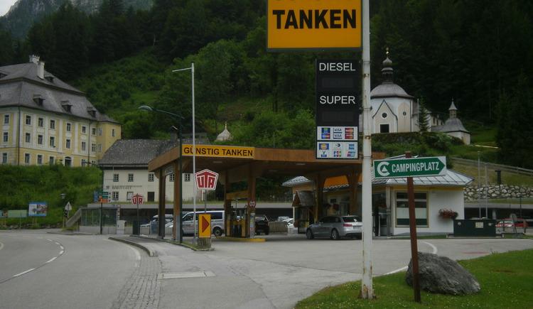 Die Tankstelle in Hallstatt befindet sich unmittelbar vor dem Parkplatz P1. (© Ferienregion Dachstein Salzkammergut)