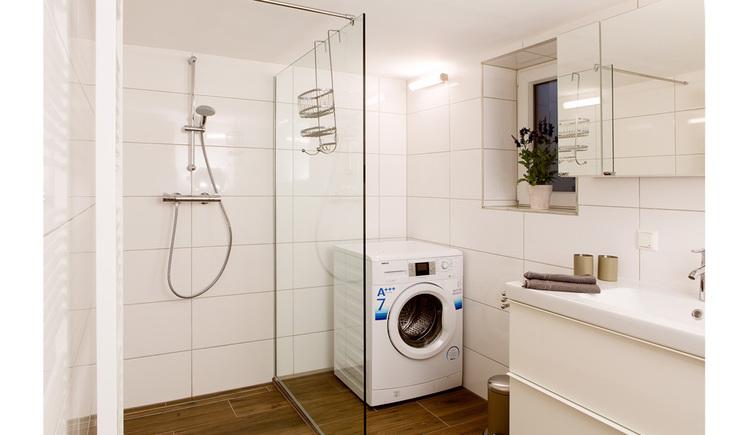 Badezimmer, mit Dusche, Waschmaschine, Fenster seitlich, Waschbecken