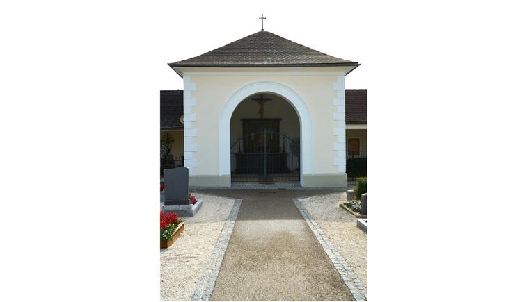 Blick auf ein Gebäude, am Dach ein Kreuz