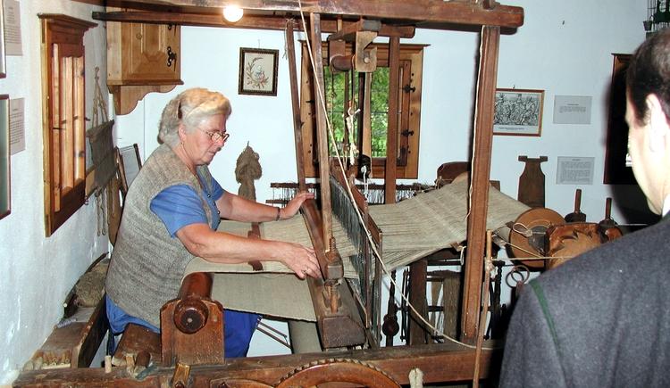 Drei funktionierende uralte Webstühle sind am Stehrerhof in Betrieb und bei verschiedensten Anläßen wie den Handwerkertagen wird dieses alte Können vorgeführt.