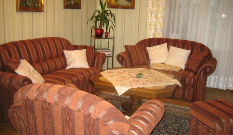 Gemütliches Wohnzimmer mit Couch. (© Gerlinde Sams)