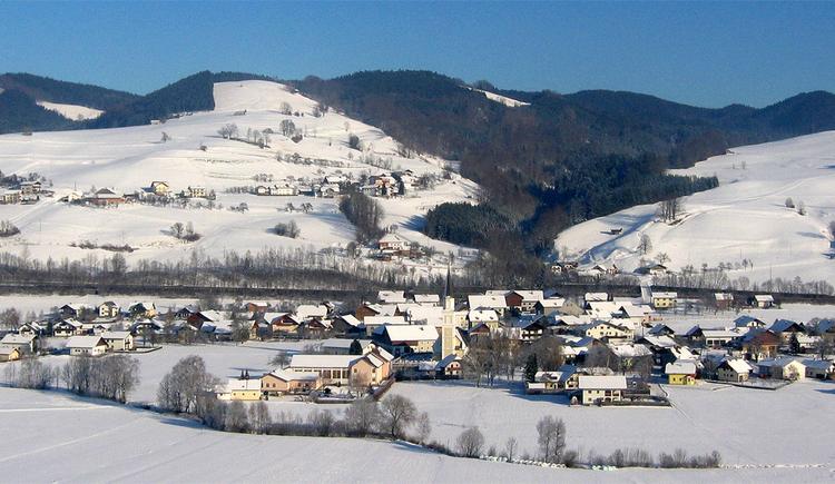 verschneiter Ort - Landschaft. (© Tourismusverband MondSeeLand)