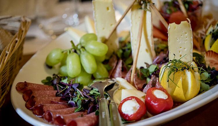 Gourmetplatte, Wurst, Käse, Weintrauben. (© Karin Lohberger)