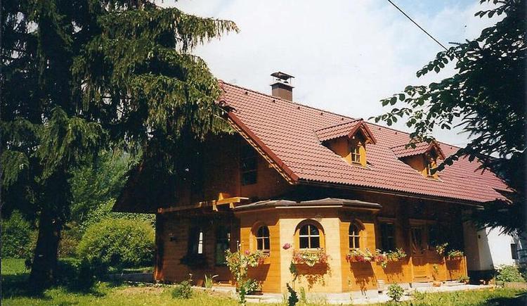 Holzhaus mitten im Grünen (© Andrebauer)
