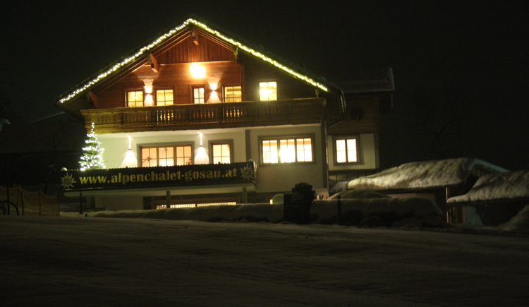 The Alpenchalet at night is a particularly comfortable impression. (© Harald Sommerer)