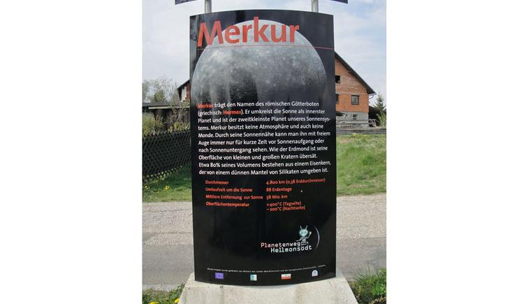 Entfernung von der Sonne: 46 bis 70 Mio. km. Durchmesser: 4.878 km Anzahl der Monde: 0 Umlaufzeit um die Sonne: 88 Tage Rotationszeit: 176 Tage (Dauer eines Tag-Nacht-Zyklus auf Merkur) Merkur trägt den Namen des römischen Götterboten -in der griechischen Mythologie wurde er Hermes genannt. Er ist der kleinste Planet unseres Sonnensystems und umkreist die Sonne in einer sehr von der Kreisform abweichenden Bahn. Da er gleichzeitig der innerste Planet ist und der Sonne am Himmel daher immer recht nahe steht, können wir ihn nur kurz vor Sonnenaufgang oder kurz nach Sonnenuntergang erspähen. Wie unser Erdmond ist seine Oberfläche mit einer Vielzahl an Einschlagkratern übersät. Da Merkur keine Atmosphäre besitzt, gibt es große Temperaturunterschiede zwischen seiner Nacht-und Tagseite (von -170°C bis + 400°C). Merkur ist wie Erde und Venus ein Gesteinsplanet. Aufgrund seines relativ großen Eisenkernes, der 70% der Masse ausmacht, weist er nach der Erde die größte Dichte aller Planeten auf. Merkur gehört zu den mit Hilfe von Raumsonden noch wenig erforschten Planeten des Sonnensystems. Es gab bis dato nur 2 Missionen: Mariner10 (USA,1974 und 1975) sowie Messenger (USA, 2004). Für 2012 ist das europäisch-japanische Projekt ?BepiColombo? zur Untersuchung des Magnetfeldes sowie der Geologie des Merkur geplant. . (© Joh. Mülleder)