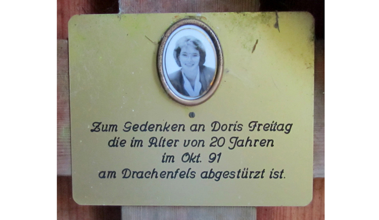 Blick auf eine Gedenktafel mit einem Foto und Text
