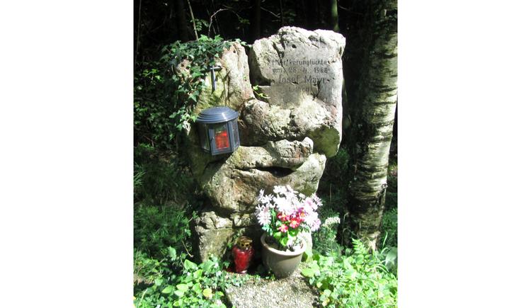 Blick auf Steine, Laterne, Blumen