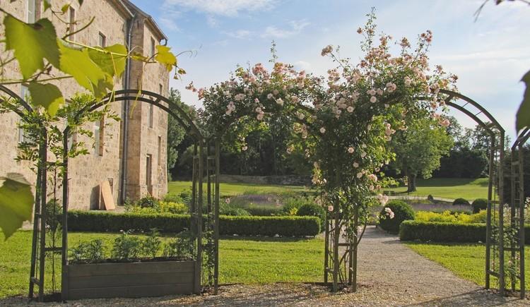 Historische Gartenanlage hinter dem KUNSTHAUS Burg Obernberg am Inn. (© BURG OBERNBERG, KUNSTHAUS - SEMINARHAUS; Josef Brescher)