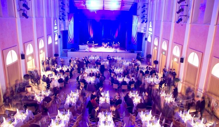 Galabestuhlung für bis zu 500 Personen. (© Kongress & TheaterHaus)