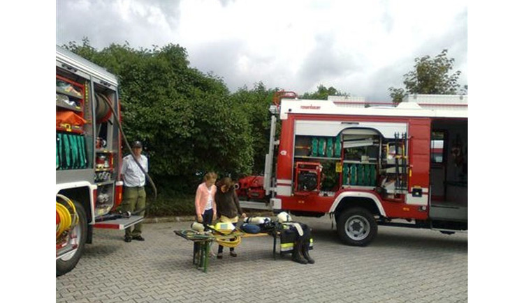 fire engines, persons, bench with fire-resistant cloth. (© Tourismusverband MondSeeLand)