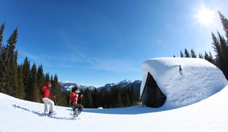 Schneeschuhwandern inmitten der tiefverschneiten Winterlandschaft. (© Ferienregion Dachstein Salzkammergut/ Andreas Roebl)