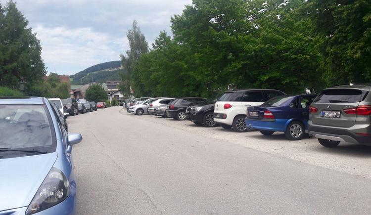 Parkende Auto jeweils am Straßenrand