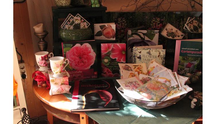 Tisch mit Geschenksartikel, Häferl, Karten und vieles mehr